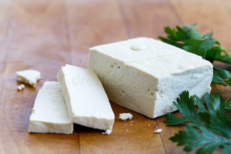 Choisissez le bloc de tofu blanc avec deux tranches, miettes et fres de tofu image libre de droits