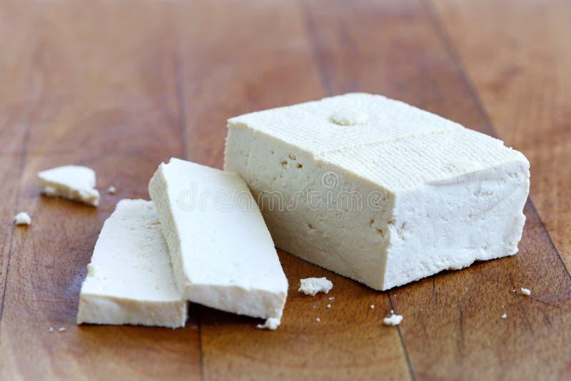 Choisissez le bloc de tofu blanc et de deux tranches de tofu avec des miettes sur l'OE photographie stock libre de droits
