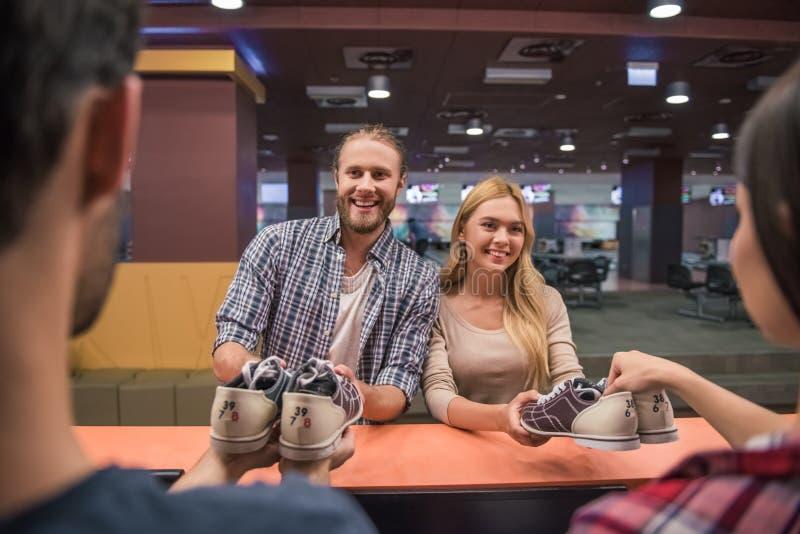 Choix des chaussures de bowling image stock