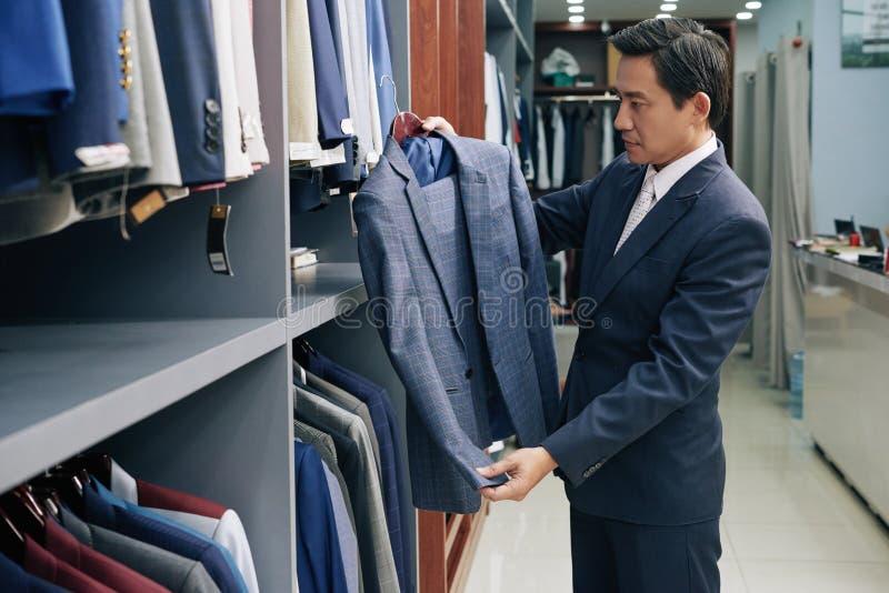 Choix du costume quotidien occasionnel image stock