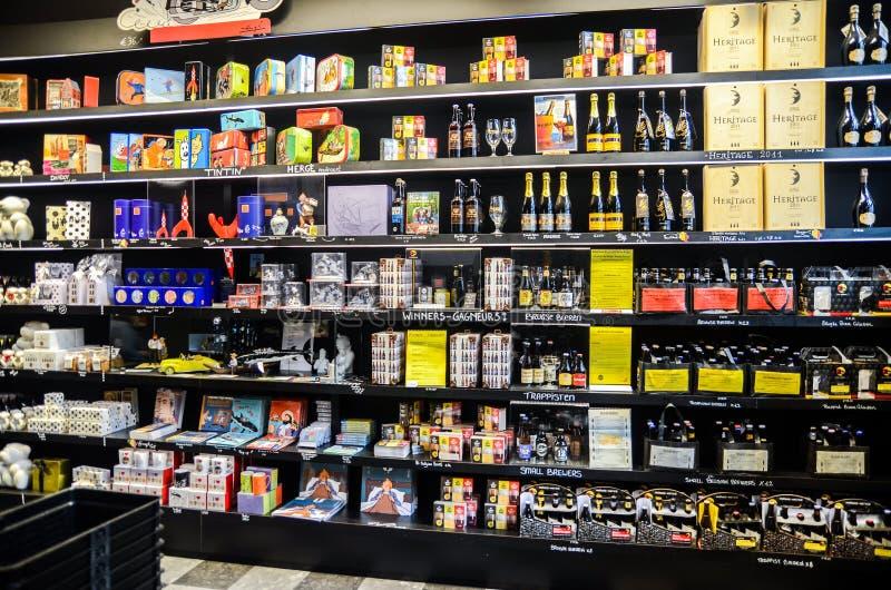 Choix très grand des bières et des boissons alcoolisées au magasin d'alcool dans le cente images stock