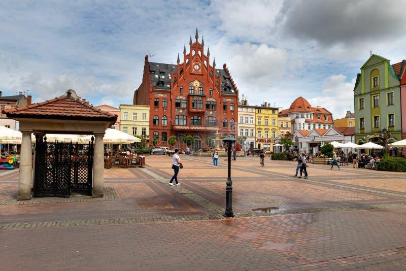Chojnice, il voivodato di Pomerania/Polonia - 2 agosto 2019: Vecchi appartamenti ad una via pedonale occupata Costruzioni della c fotografia stock