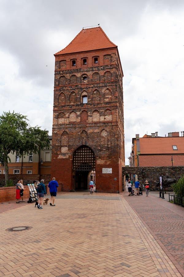 Chojnice, il voivodato di Pomerania/Polonia - 2 agosto 2019: Vecchi appartamenti ad una via pedonale occupata Costruzioni della c fotografie stock libere da diritti