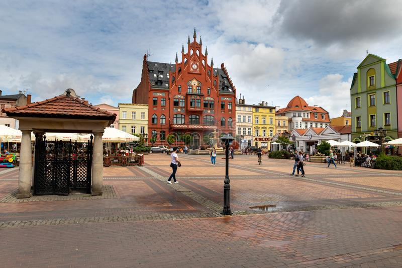 Chojnice, Pomeranian Voivodeship/Polen - Augustus 2 2019: Oude woningen bij een bezige voetstraat Stadsgebouwen in Centraal stock fotografie