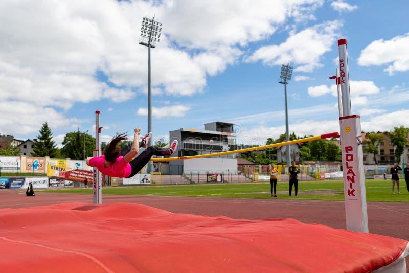 Chojnice, pomorskie/Польша - 29-ое мая 2019: Конкуренция атлетики на муниципальном стадионе Схватки в бежать и скакать внутри стоковое фото rf