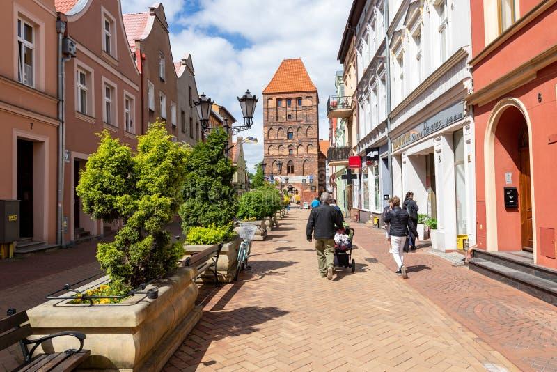 Chojnice, Pomorskie/Польша - 29-ое мая 2019: Старые ворота в городских стенах Старые кирпичные здания в небольшом городе стоковые фото