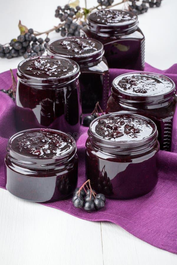 Chokeberry dżem w szklani słoje obrazy royalty free