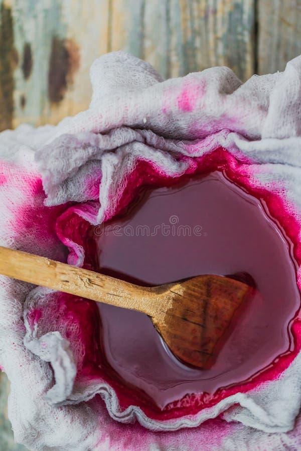 Chokeberry del tinte de la clarificación a través de los gases de la tela imagen de archivo