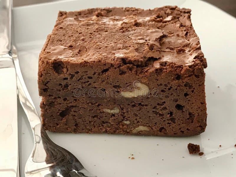 Choklad Brownie Cake med valnöten tjänade som på kafét shoppar fotografering för bildbyråer