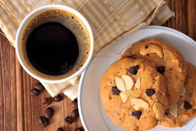 Choklad Chip Cookies och en kopp av svart kaffe royaltyfri foto