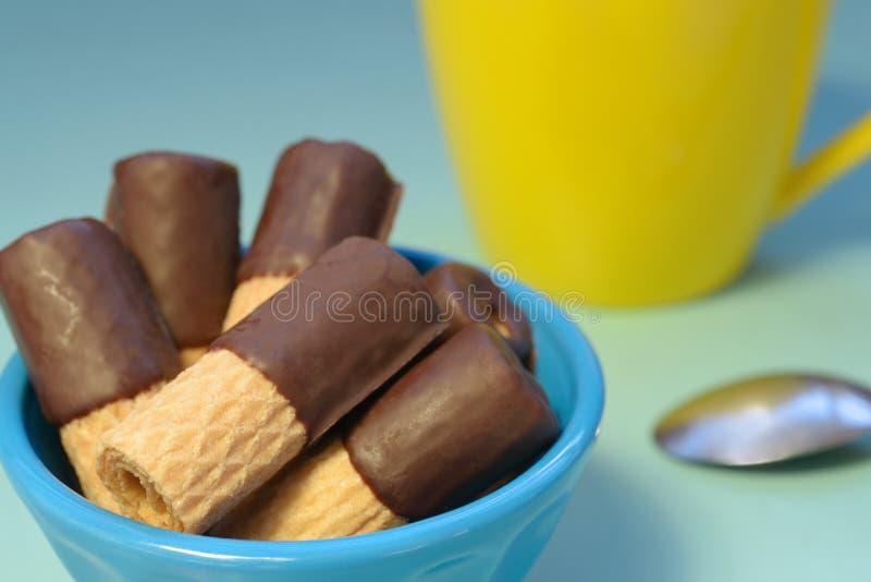 Choklad doppade dillanderullar och en guling rånar royaltyfria foton