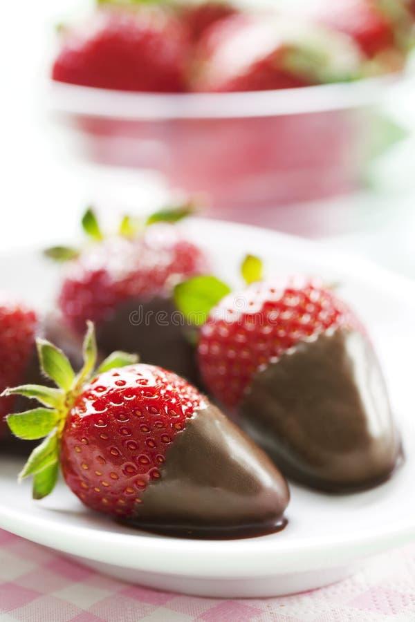 choklad doppade jordgubbar arkivfoton