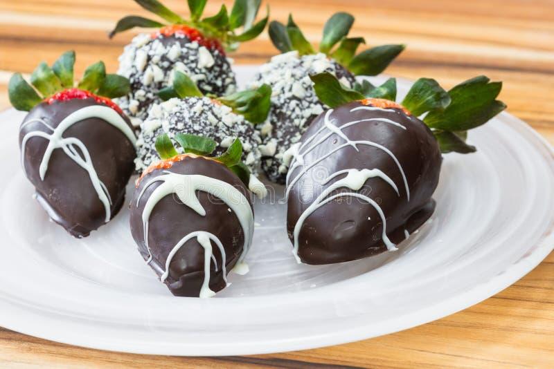 choklad doppade jordgubbar royaltyfri fotografi