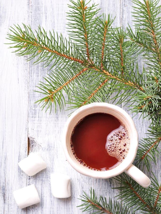 Choklad- eller kakaodrink med marshmallower i en julkopp på bakgrunden av granen fotografering för bildbyråer