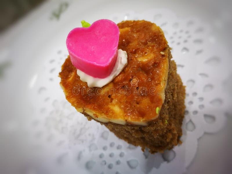 Choklad för toppning för mandelkolakaka rosa i valentindag fotografering för bildbyråer