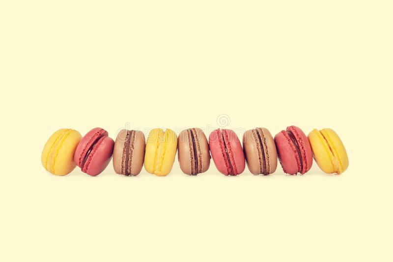 Choklad-, jordgubbe- och citronmacarons royaltyfri fotografi