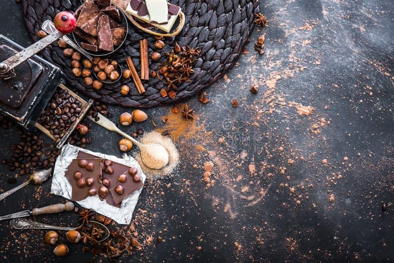 Choklad, kakao och olika kryddor på tabellen arkivbilder