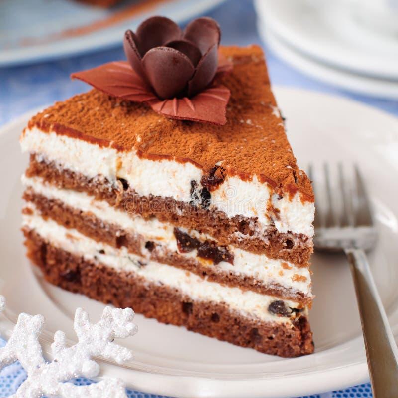 Choklad, kvark och Prune Layer Cake arkivfoton