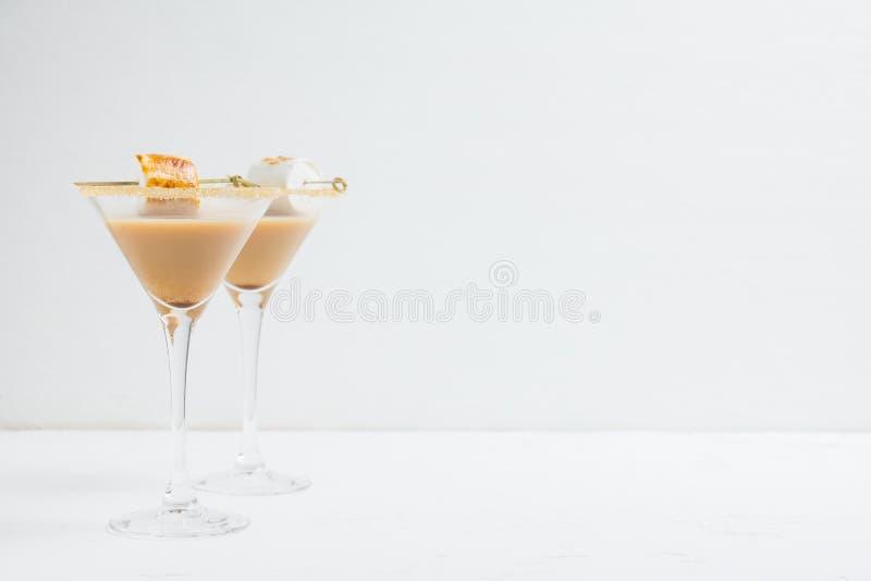 Choklad martini på den lantliga bakgrunden royaltyfria bilder