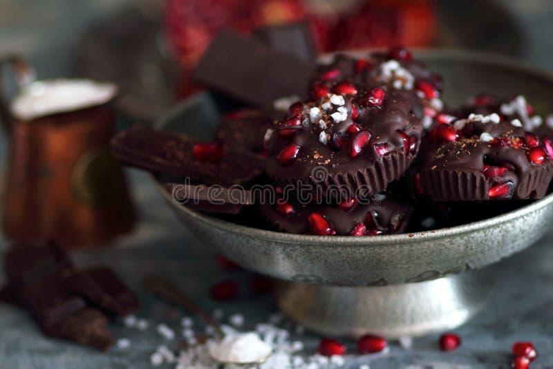Choklad med granatäpplefrukter och salt hav fotografering för bildbyråer