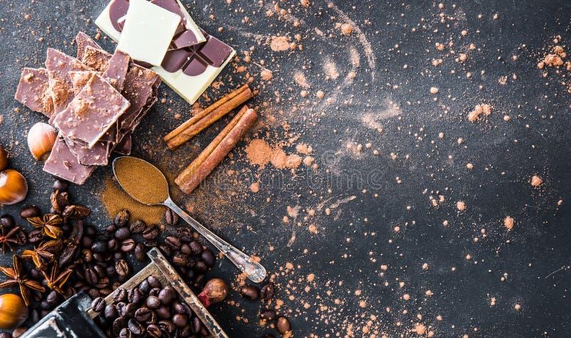 Choklad muttrar, kryddor på tabellen arkivbild
