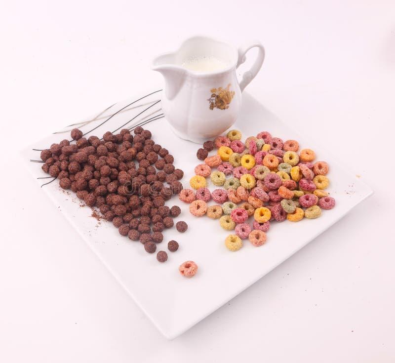 Choklad och färgad sädesslag med mjölkar royaltyfria bilder