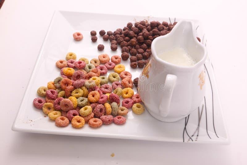 Choklad och färgad sädesslag med mjölkar arkivfoto