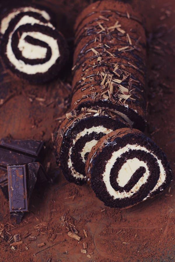 Choklad- och karamellrullkaka arkivfoto