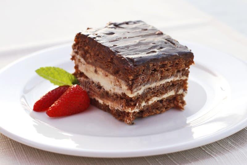 Choklad- och vaniljkaka med jordgubbar arkivbild