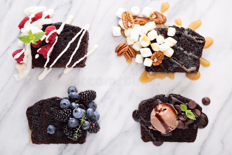 Choklad släntrar kakaskivor på ett marmorbräde arkivfoto
