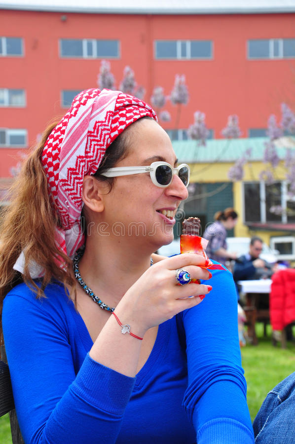 choklad som äter kvinnabarn arkivbild