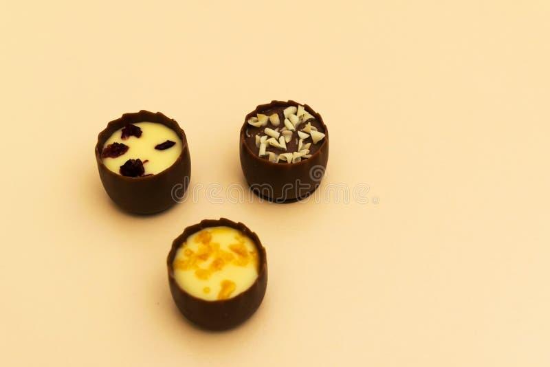 Choklad tre fyllde konfektsötsaker med den selektiva fokusen royaltyfria foton