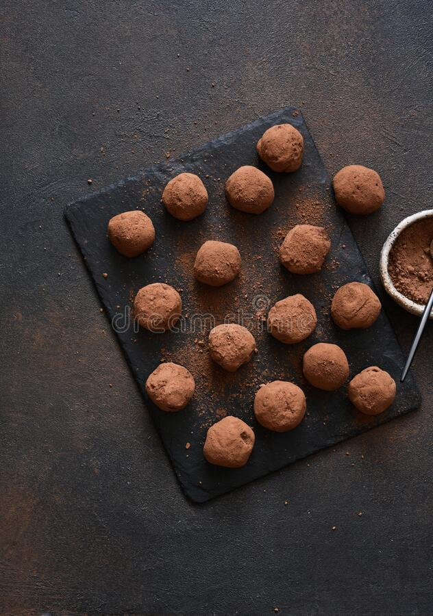 Choklad tryffel på ett stenbord mot mörk bakgrund arkivfoto