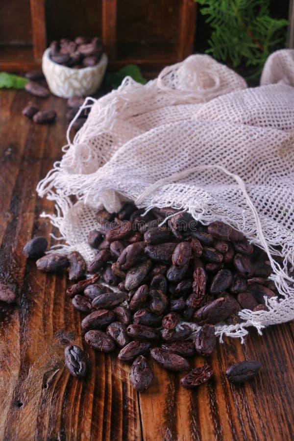 Chokladbönor på trätabellen royaltyfria foton