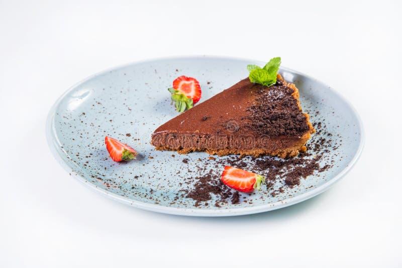 Chokladcake med jordgubben arkivfoton