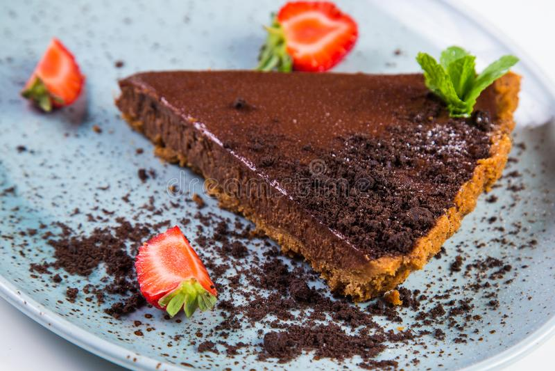Chokladcake med jordgubben arkivfoto