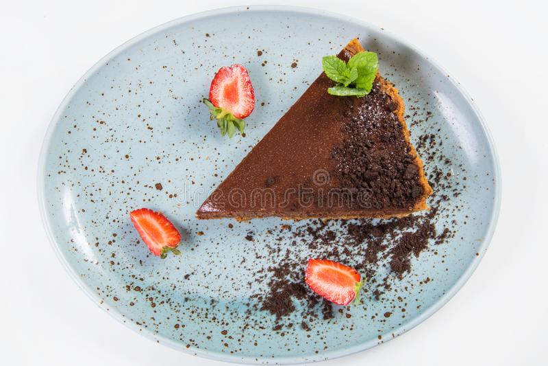 Chokladcake med jordgubben royaltyfri fotografi