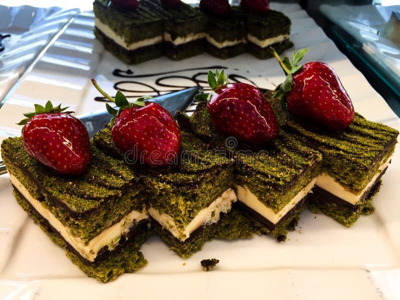 Chokladcake med jordgubben royaltyfria foton