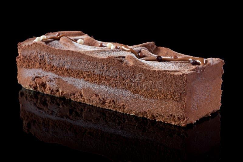 Chokladcake på svart bakgrund royaltyfri fotografi