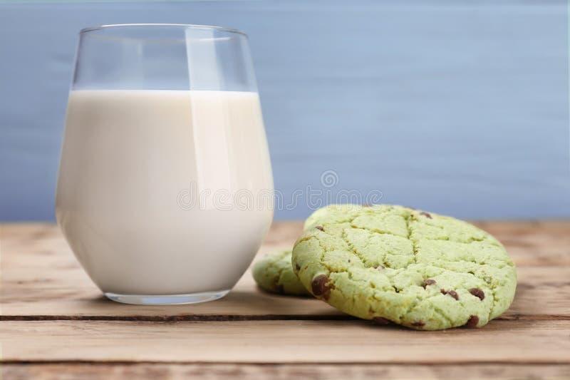 Choklade kakor för ny mintkaramell och exponeringsglas av mjölkar fotografering för bildbyråer