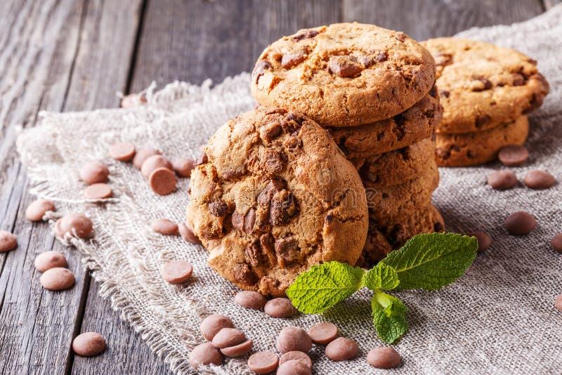Choklade kakor med mintkaramell- och chokladdroppar royaltyfria foton