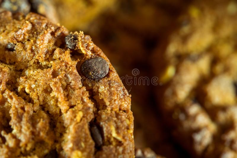 Choklade kakor på lantlig bakgrund för mörk svart staplat royaltyfri foto