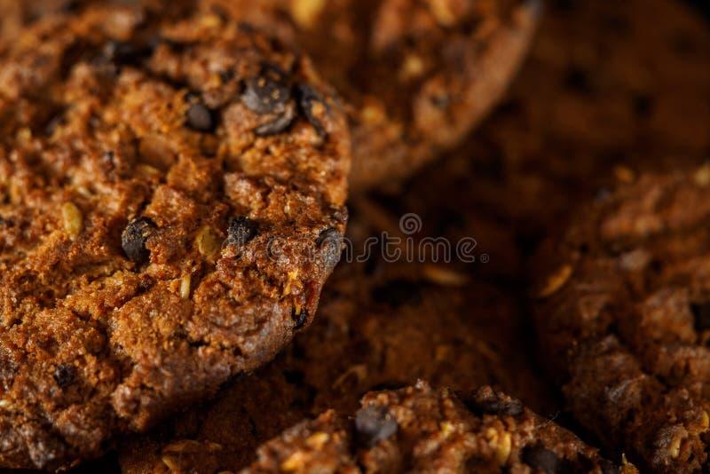 Choklade kakor på lantlig bakgrund för mörk svart staplat royaltyfri bild