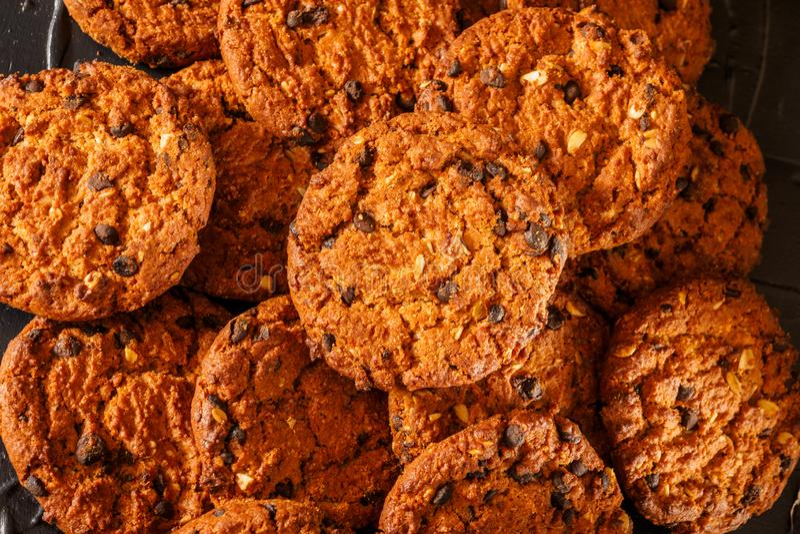 Choklade kakor på lantlig bakgrund för mörk svart staplat royaltyfria bilder