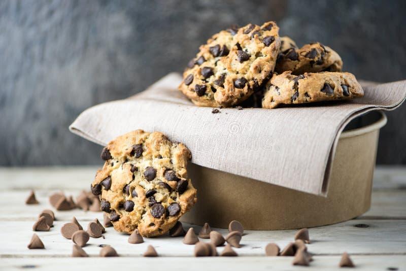 Choklade kakor på suddighetsbakgrund royaltyfria foton