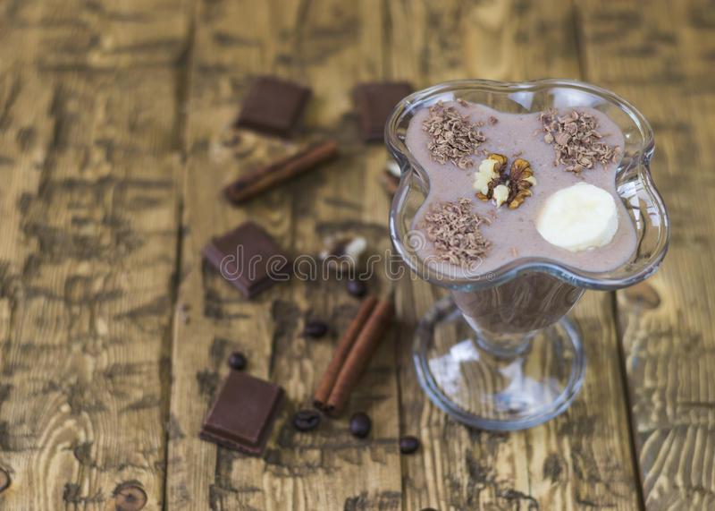 Chokladefterrätt med kanel och valnötter i en glass vas royaltyfria foton