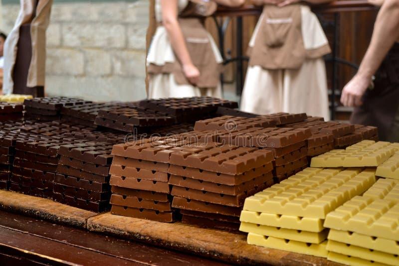 Chokladen på tabellen i gatan av Europa royaltyfria foton