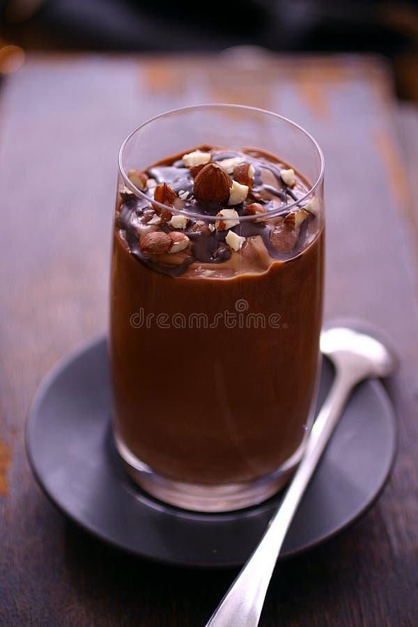 chokladexponeringsglasmousse arkivbilder