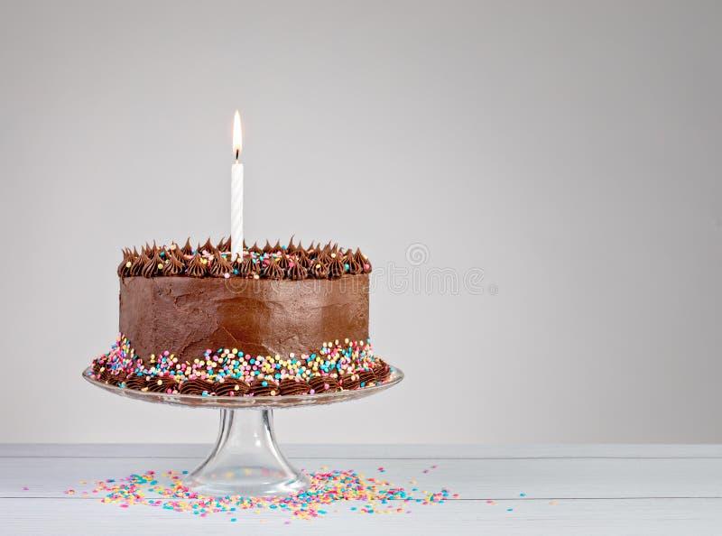 Chokladfödelsedagkaka royaltyfria foton