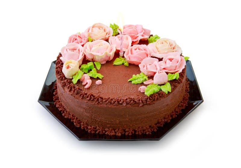 Chokladfödelsedagkaka med smörkrämrosor royaltyfri foto